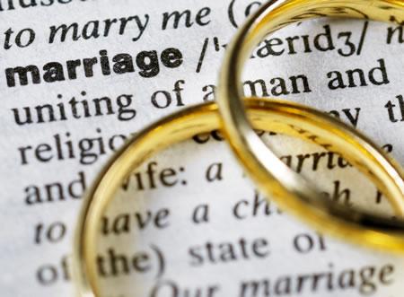 2 gouden ringen op bladzijde woordenboek