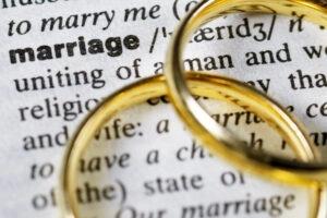 """Two wedding rings next to the word """"marriage"""" on a english dictionary woordenboek met twee ringen op het woord 'huwelijk'"""